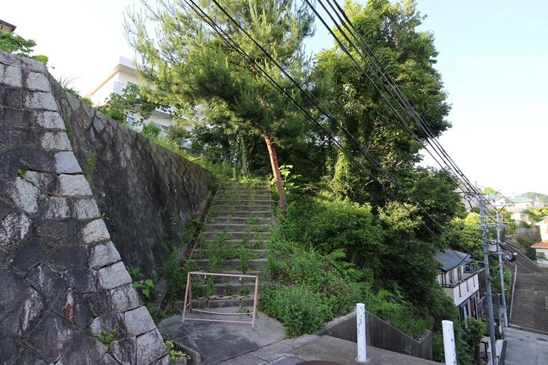 【現地写真】<BR>阪急宝塚線「山本」駅徒歩14分。豊かな自然に囲まれ、まるで別荘地のような穏やかな住環境が魅力の物件です。(2018年7月撮影)