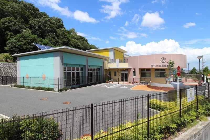 長尾幼稚園まで1250m 。徒歩16分。自然豊かな環境で、のびのびと過ごせる幼稚園。預かり保育も実施しています。