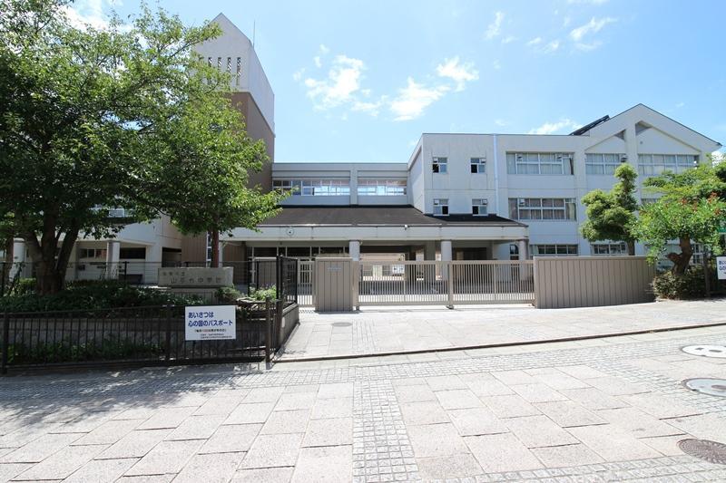 宝塚市立山手台中学校まで2300m 。徒歩29分。1994年設立の中学校。「未来を創造するための基礎的な力を持ち、人間性豊かな生徒を育成する」を学校教育目標としています。