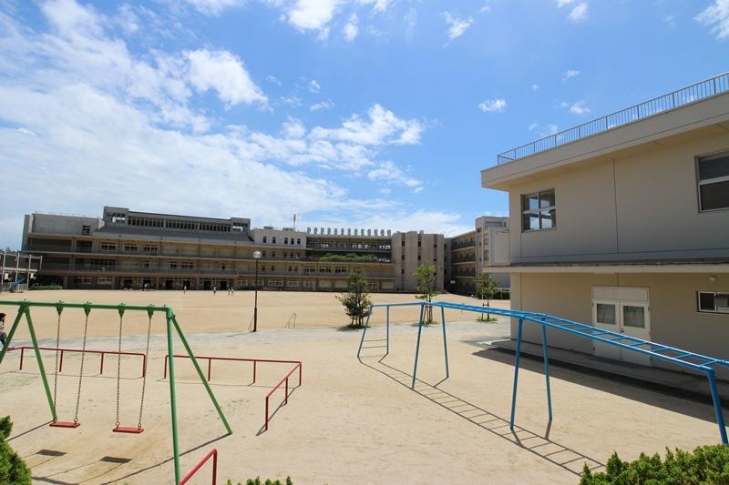 宝塚市立長尾小学校まで1500m 。徒歩19分。1873年設立の小学校。生徒数が多く、たくさんのお友達ができそうです。