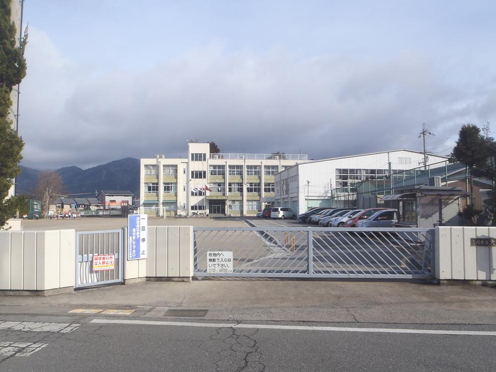 亀岡市立大井小学校まで820m