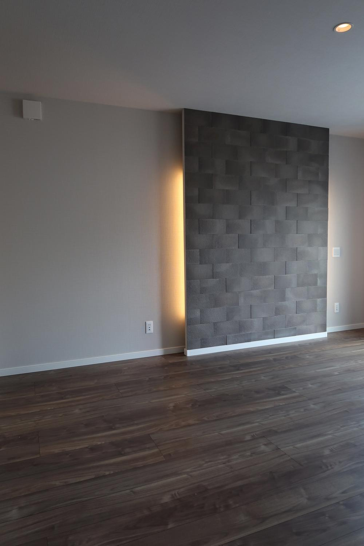 【弊社施工例】寝室のベット面は意匠を凝らした壁と、ほんわりとした間接照明。お部屋の雰囲気が華やかになりますね。