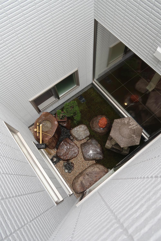 【弊社施工例】建物内部にある中庭は外からの目線も気にならず、お家の中にいても季節を感じやすい特別な空間ですね。