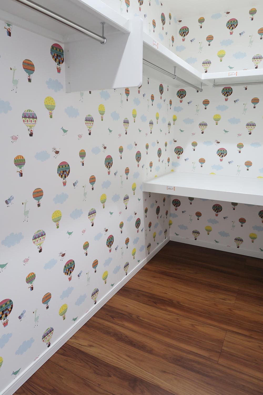 【弊社施工例】気球にのってお散歩。旅するウォークインクローゼット。壁紙で気分が変わります。
