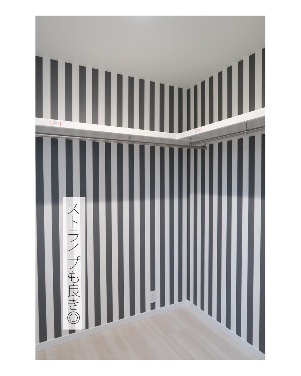 【弊社施工例】視覚効果抜群のストライプの壁紙のウォークインクローゼット。