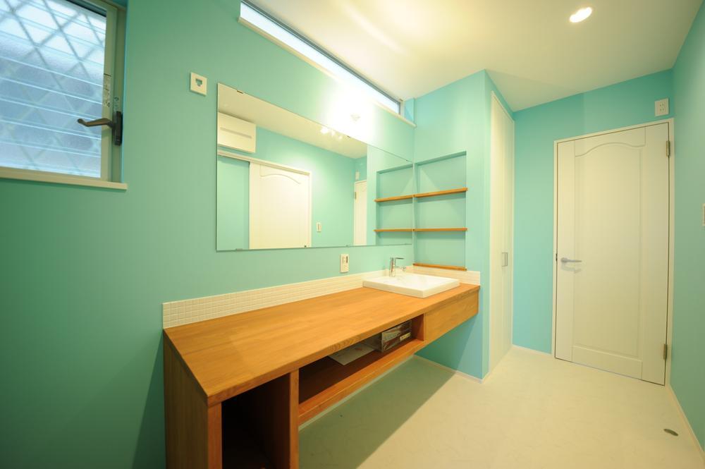 洗面化粧台は、奥様にとってはこだわりたいポイント♪棚を組んだり鏡の大きさを考えたり細やかなご要望もお応え出来ます!是非!ご相談下さい♪(弊社施工例)