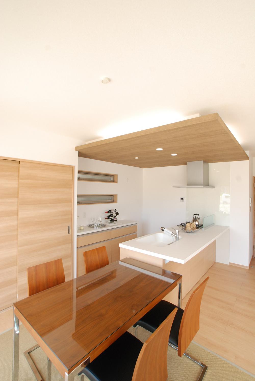 キッチンはダイニングテーブルやカウンターからの片付けも楽ちんでママにやさしいキッチンになっています!室内(2018年7月)撮影