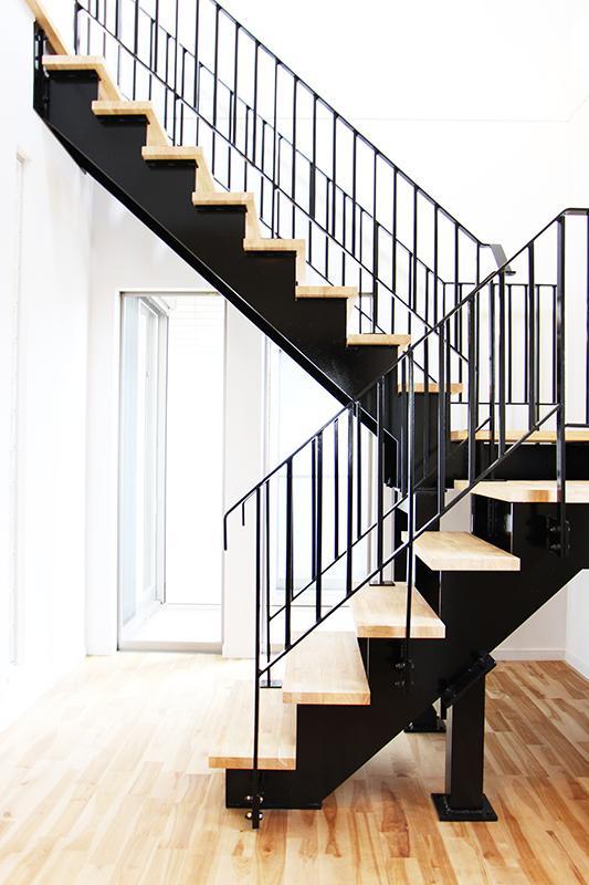 スチール階段。<BR>スタイリッシュな空間を生み出すスチール階段を採用。(施工例)