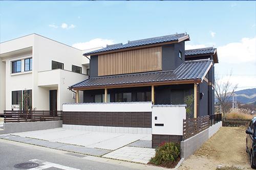 和装の家(モデルハウス)昼の外観の様子。三州瓦と銅製の雨樋を使用。風格の佇まいを是非ご覧ください。