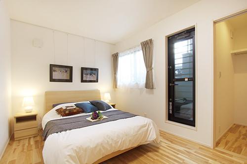 【2階寝室】<BR>2階は全ての居室がベランダに面しており、採光や通風が良好です。また、部屋同士が隣り合わない設計になっているので家族間のプライバシーにも配慮されています。(施工例)