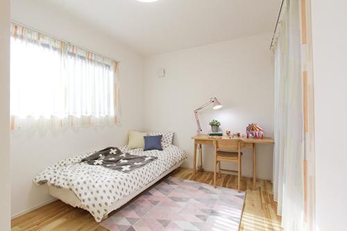 【子供部屋】<BR>2階は全ての居室がベランダに面しており、採光や通風が良好です。また、部屋同士が隣り合わない設計になっているので家族間のプライバシーにも配慮されています。(施工例)