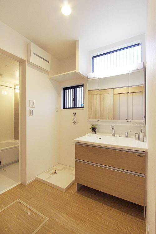 【洗面台】<BR>洗面台は、カウンター下以外に三面鏡裏にも収納スペースが有り、毎日使う整髪料や身だしなみ用品をきっちり整理して収納することが出来ます。(施工例)