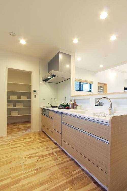 リビングダイニングを見渡せる洗面所の横に配置することで、家事動線が短くなり、忙しい朝の時間でも効率よく家事をこなせます。