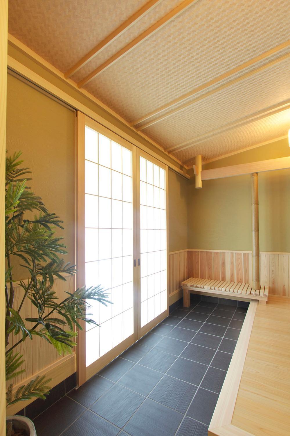 玄関ホールから続く土間は、和室へと続き近所の方たちとのおしゃべりやお子様の遊び場にピッタリ。(wa no ie)