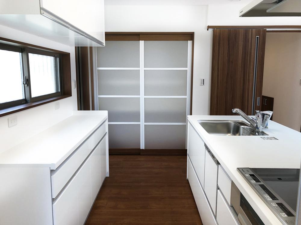 コーディネートされたカップボード、キッチンサイドには食器や食品のストックを置いて頂ける収納が2カ所ございます!(Ⅱ期7号地)キッチンを中心に1周まわれて、家族で料理をお手伝いしやすい設計です。