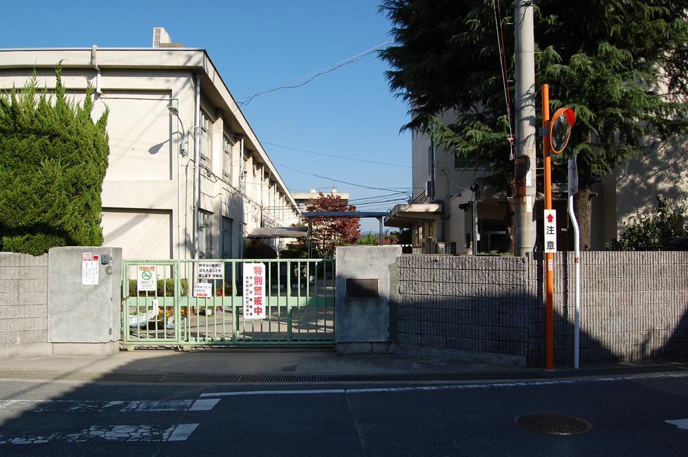 奈良市立富雄南小学校まで1301m