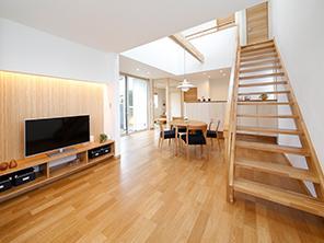 夏場冬場の陽の差し込み方や室内の風の流れを確認しながら設計するパッシブデザインにより、電気設備に頼らずに太陽や自然の風を最大限利用した家計にも体にも優しい家を実現しています。