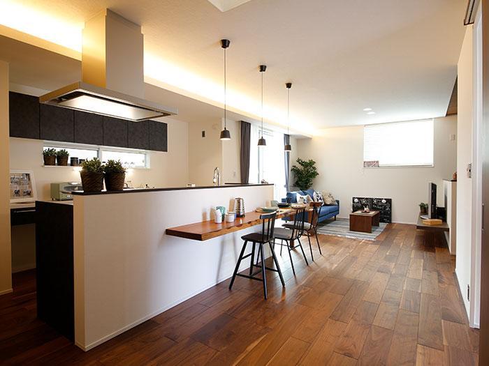 【阿成モデルハウス】LDKが一体となったデザイン。カフェ・バー形式に楽しく食事ができる、対面キッチン&カウンターダイニング。
