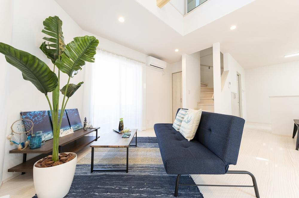 【モデルハウス・LDK】<BR>LDKは約17.0帖。隣接する約4.5帖の和室を開放することで、20帖超の大空間に。リビングイン階段は生活の中でご家族が自然と顔を合わせ、コミュニケーションを育みます。