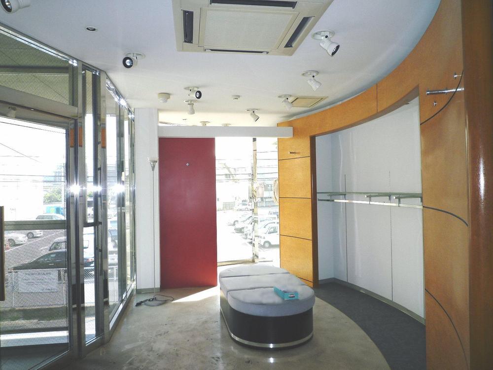 2階店舗(写真左側、エレベーターホール入口)