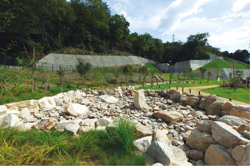 ≪そらの第3公園≫<BR>現地の掘削石を使い、修景した第3公園。大小の石を積み上げたダイナミックな造形と緑の潤いを感じていただけます。