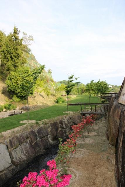 団地内 桜並木の自然遊歩道。石の擁壁と自然石の川があり川の流れ音が心地よい。