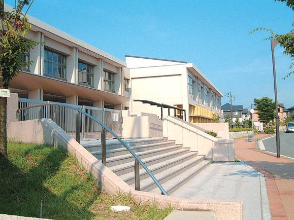 広島市立伴南小学校 こころの住人をはじめ多くの子どもたちが通う。登下校時もたくさんのお友達と一緒なので楽しく安心して通学できる(タウン内)