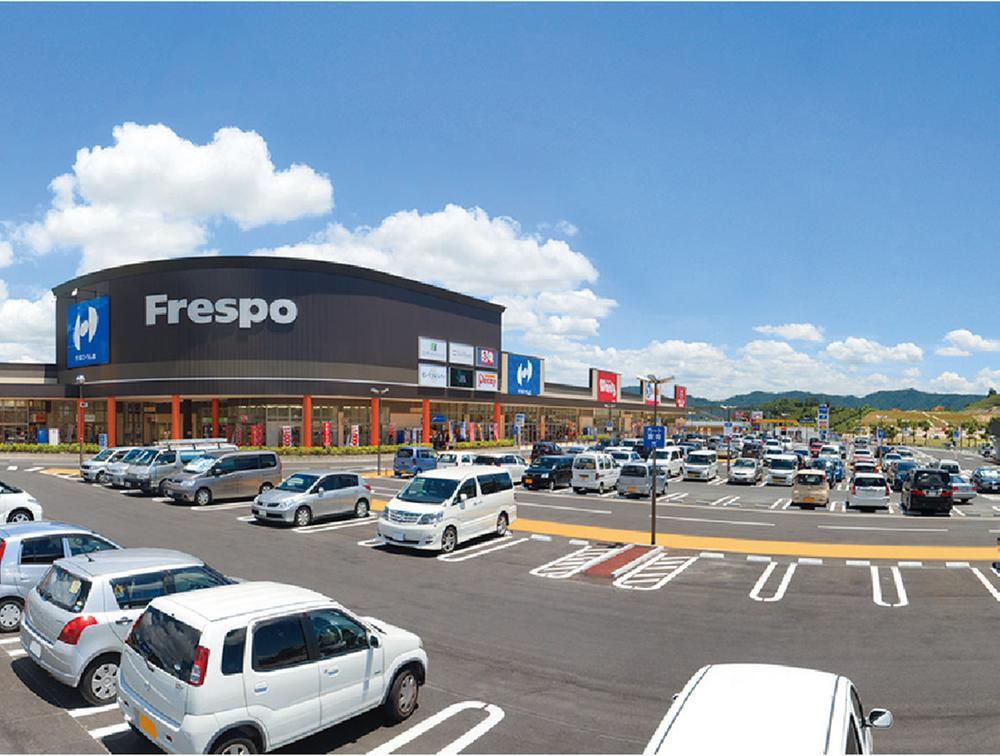 複合商業施設「フレスポ」スーパーやドラッグストア、クリーニング店など計14店舗が集う(タウン内)