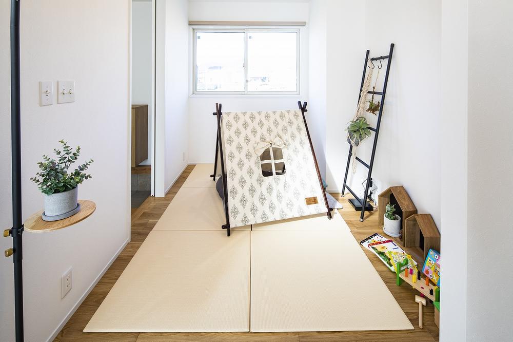 リビング横の洋室は置き畳で和室にも!<BR>お子さまの遊び場スペースや来客時の客間など多目的に活用できます。(A号地)