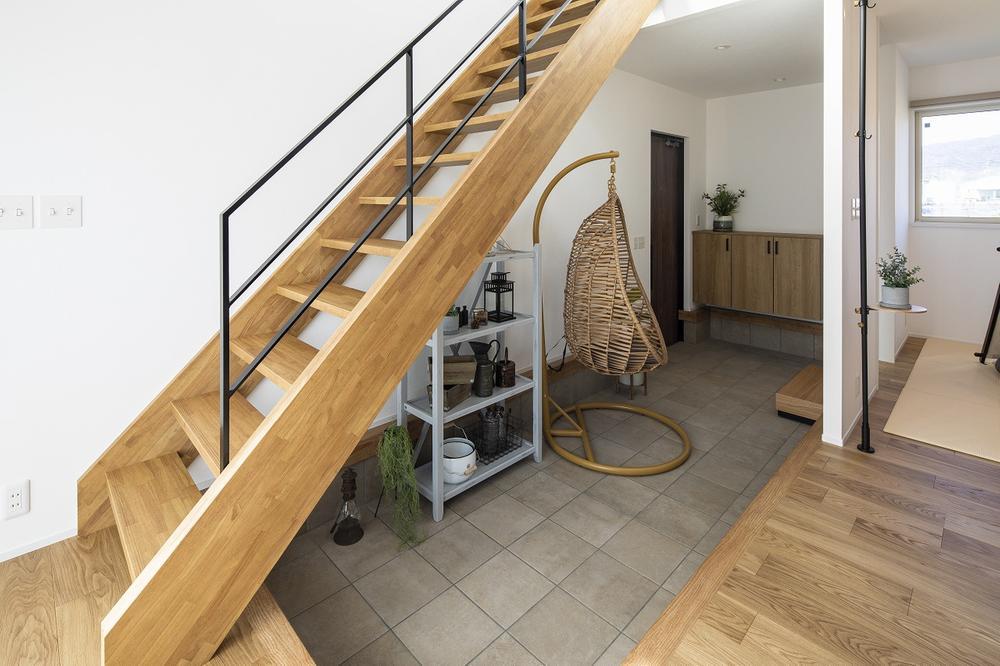 広い玄関土間は家の中なのに屋外にいるような心地よいスペース。<BR>自転車置き場やペットコーナーにも♪(A号地)