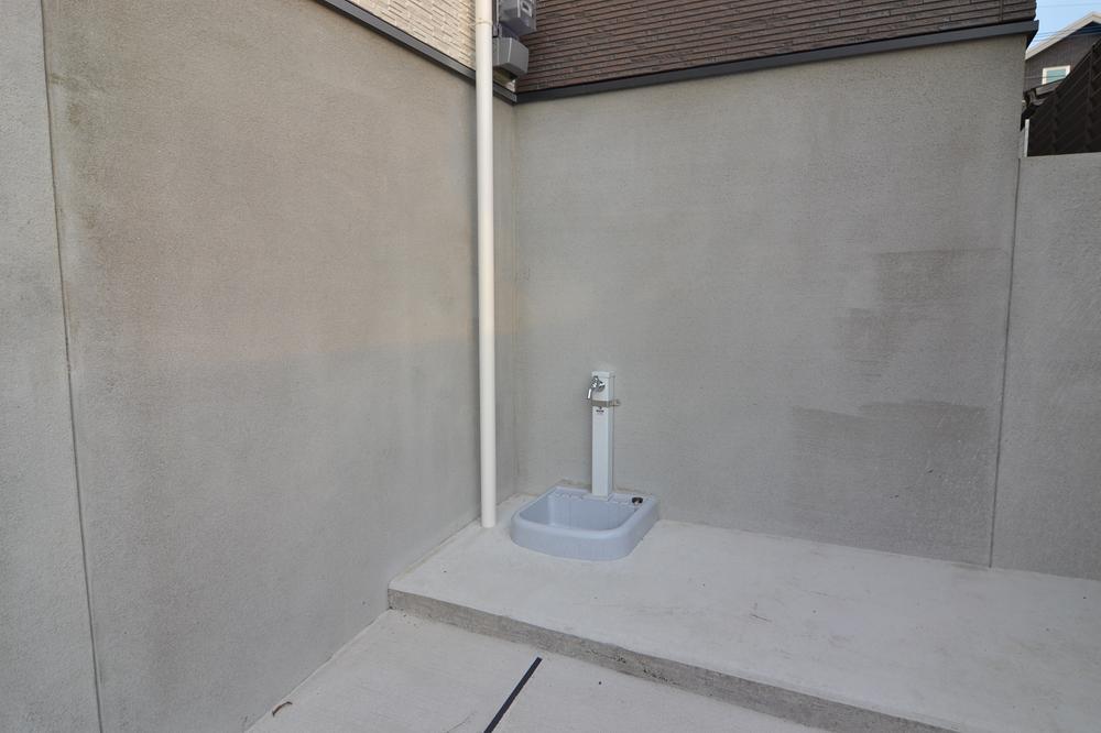 外(駐車場)には、便利な水栓があります!