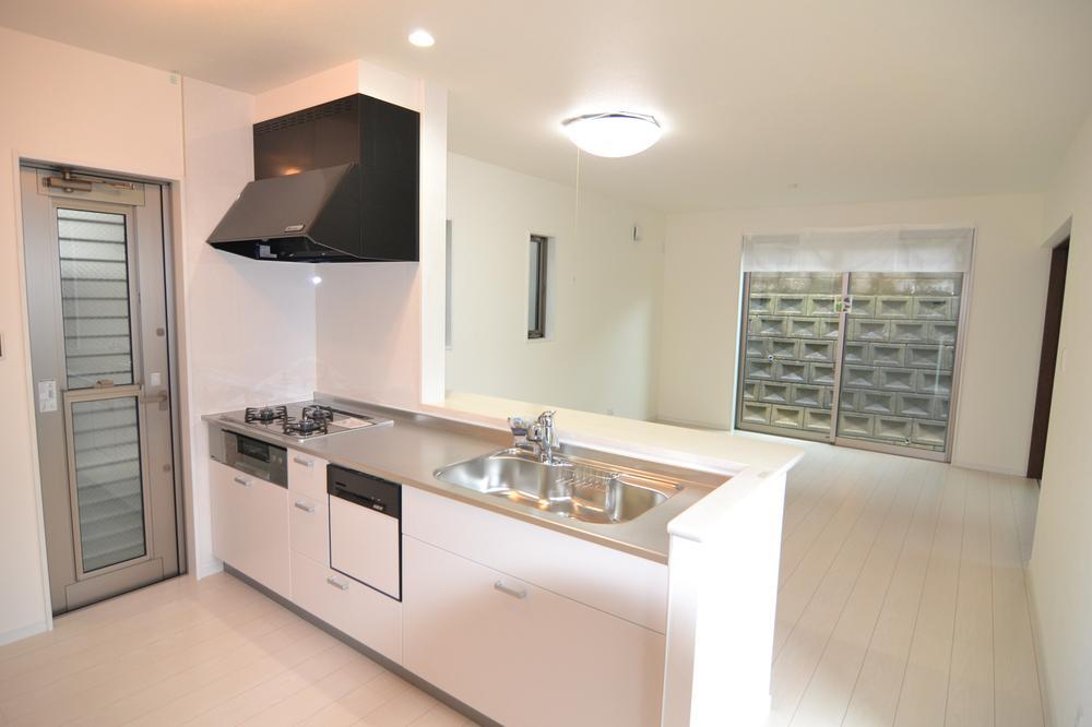 デザイン、機能性を両立した対面式キッチン採用の広いLDK!