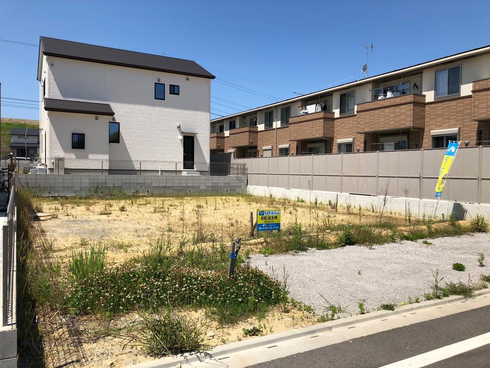 【137街区】お隣の集合住宅には、目線の気にならない目隠しフェンス。
