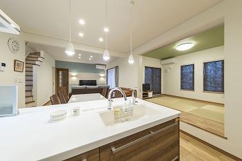 家事動線のいい家の建築実例(リビング、キッチン)