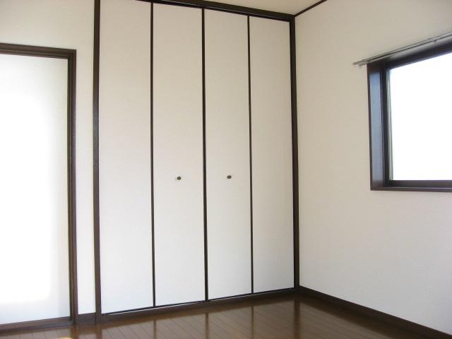 その他部屋・スペース 2階東南角洋室です!壁一面の大容量の収納です!