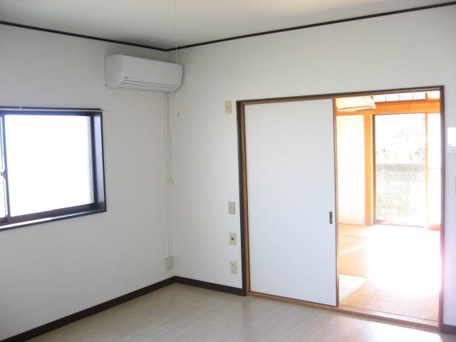 居室・リビング キッチン側から南側和室方面。引き違い窓もACもあります!