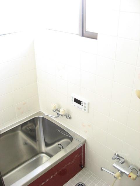 バス・シャワールーム 2方向に窓があり換気も十分!明るい風呂です!