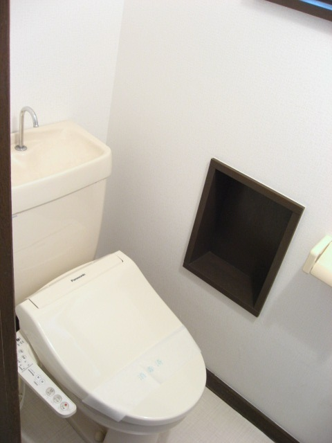 トイレ 1階の手洗いタンク・窓付きトイレ!2階にもトイレあります!
