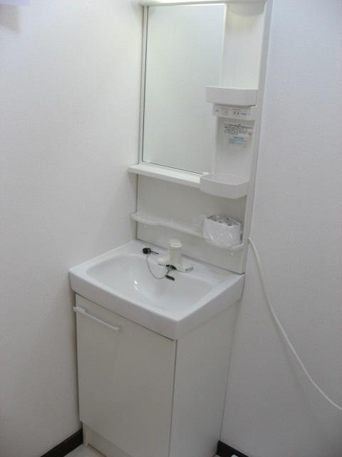 洗面設備 使い易い縦型照明・鏡付き独立洗面台です!