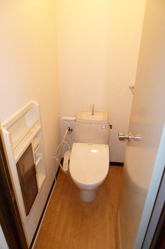 トイレ お尻も喜ぶシャワー付きトイレ!ペーパーストック入れ付!