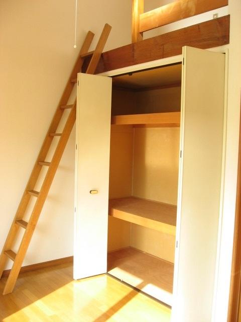 収納 収納扉を開くと・・・。中段と天袋が!