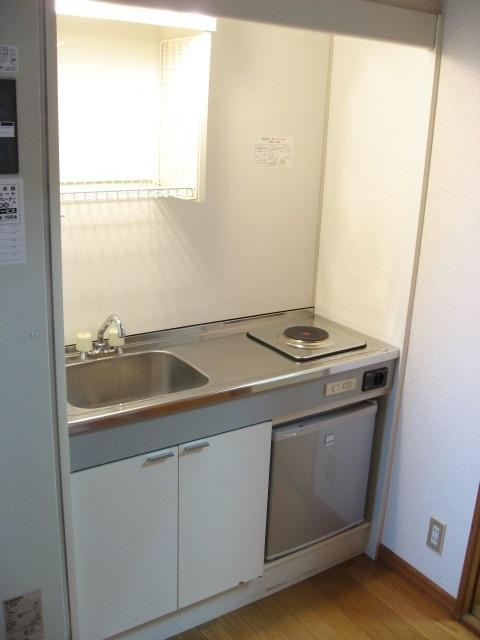 キッチン コンパクトですがちょうど良いサイズ!ミニ冷蔵庫と収納が!