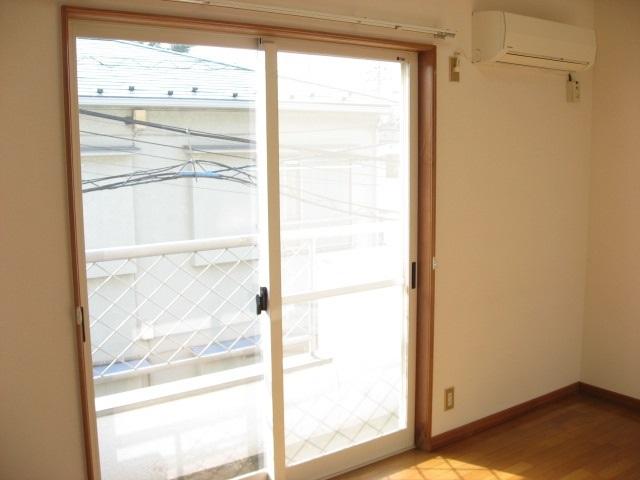 バルコニー 大きな窓の先にはバルコニーが!エアコンも必須です!