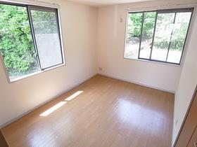 窓がいっぱい開放的なお部屋は魅力的ですよ
