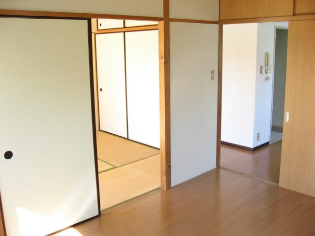 居室・リビング 洋室から和室方向を見ると・・・。