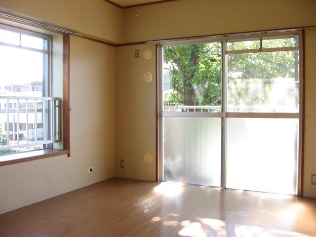 居室・リビング 東南角部屋で明るいです!桜の木目の前です!