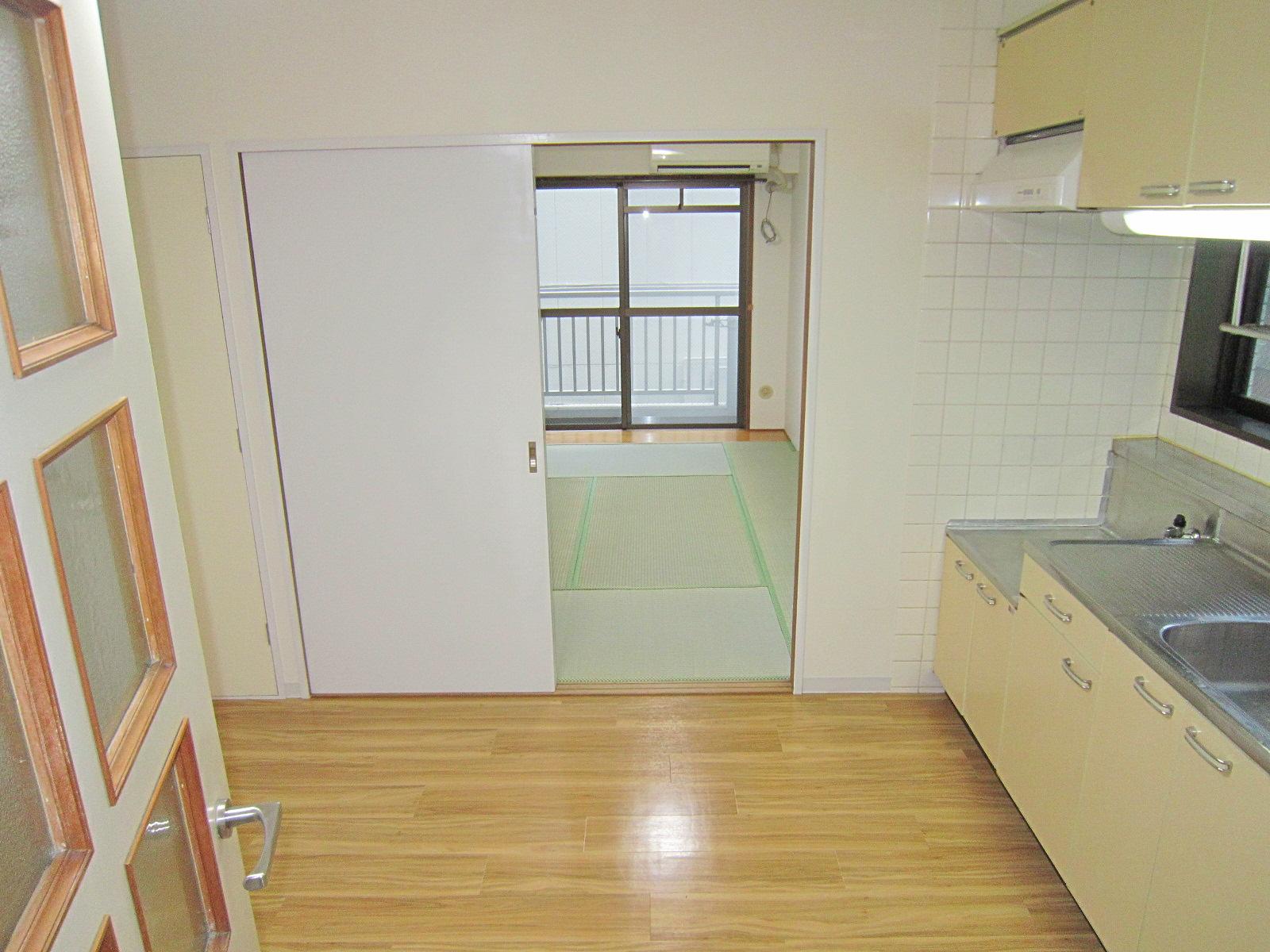 居室・リビング 玄関よりバルコニー方面