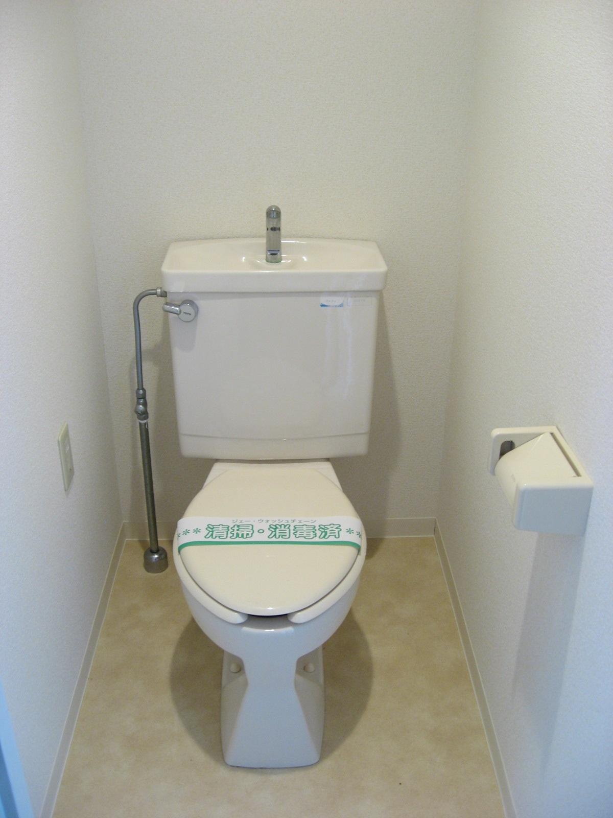 トイレ トイレは手洗いタンク付きです!上部に棚があります!