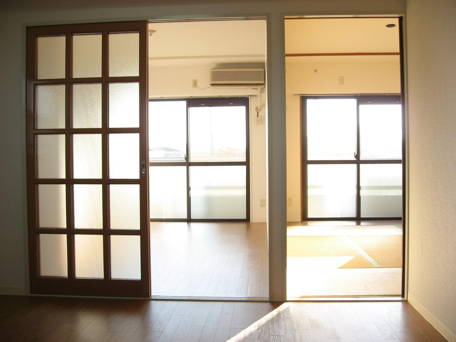 居室・リビング ダイニングから南の洋室と和室を望むと・・・。