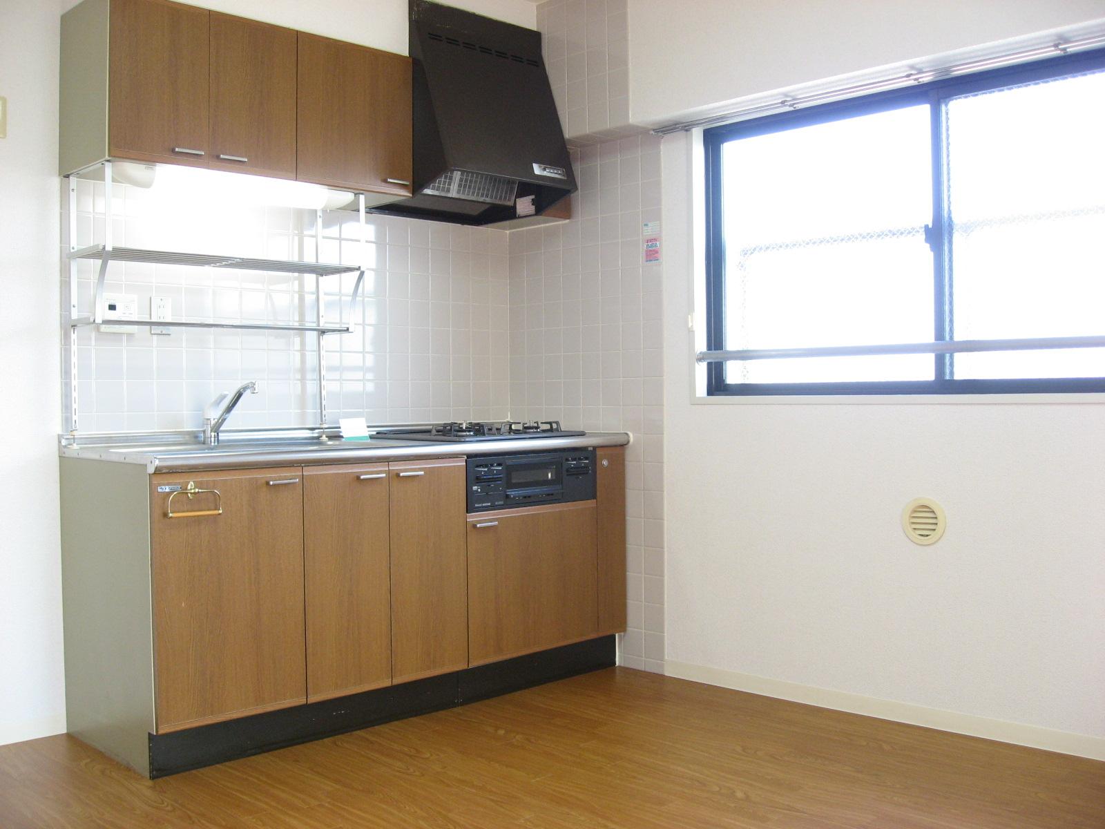 キッチン システムキッチンで料理も楽しく!横に窓があり臭いもこもらず!